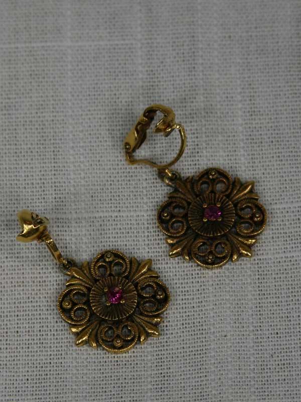 1970-gold-filigree-earring-front