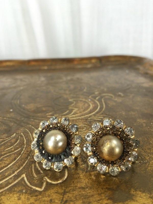 la boudoir miami gold & pearl screwback earrings (1)